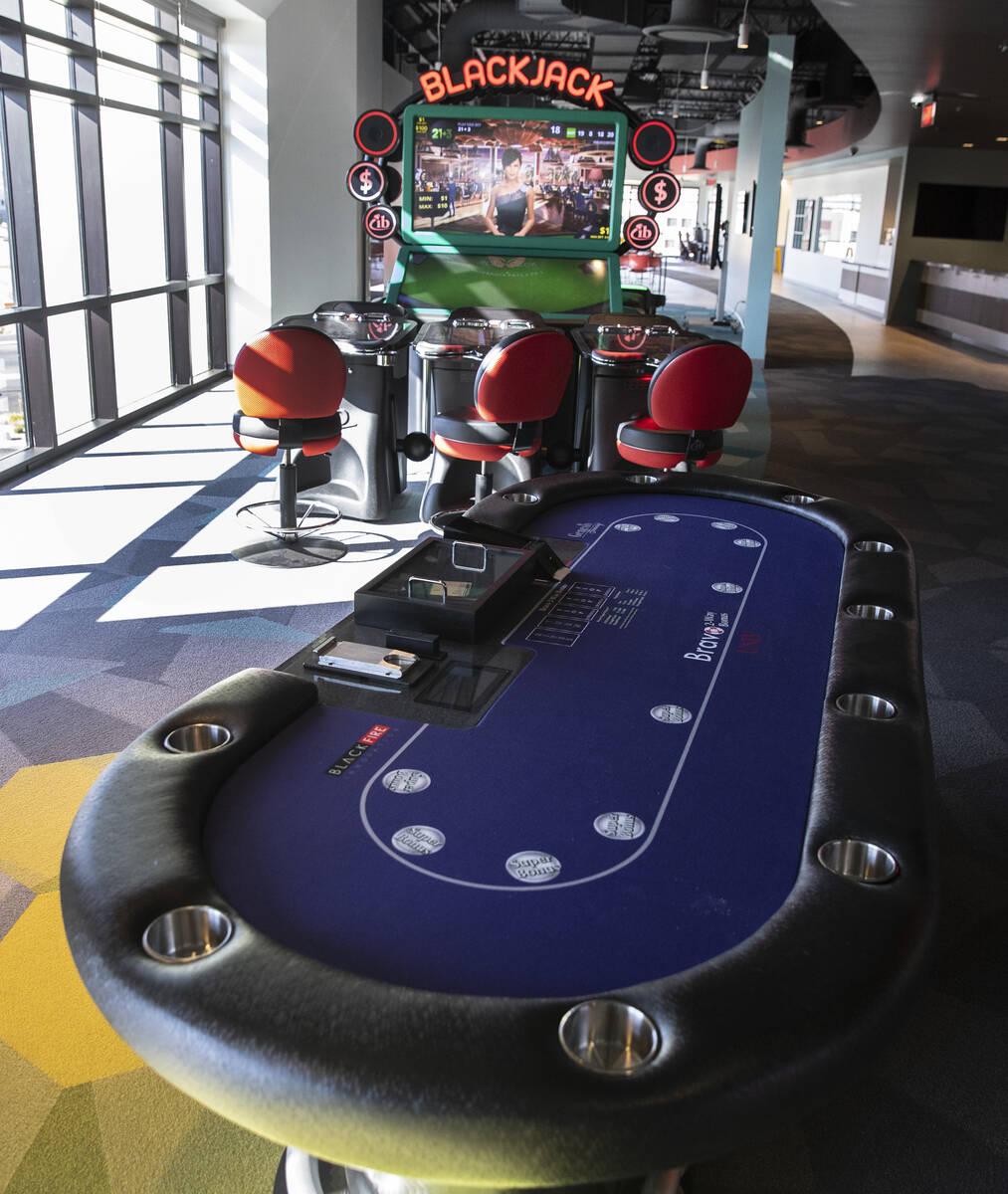 Una mesa de juego y una máquina de video blackjack se muestran en el centro de innovación Bla ...