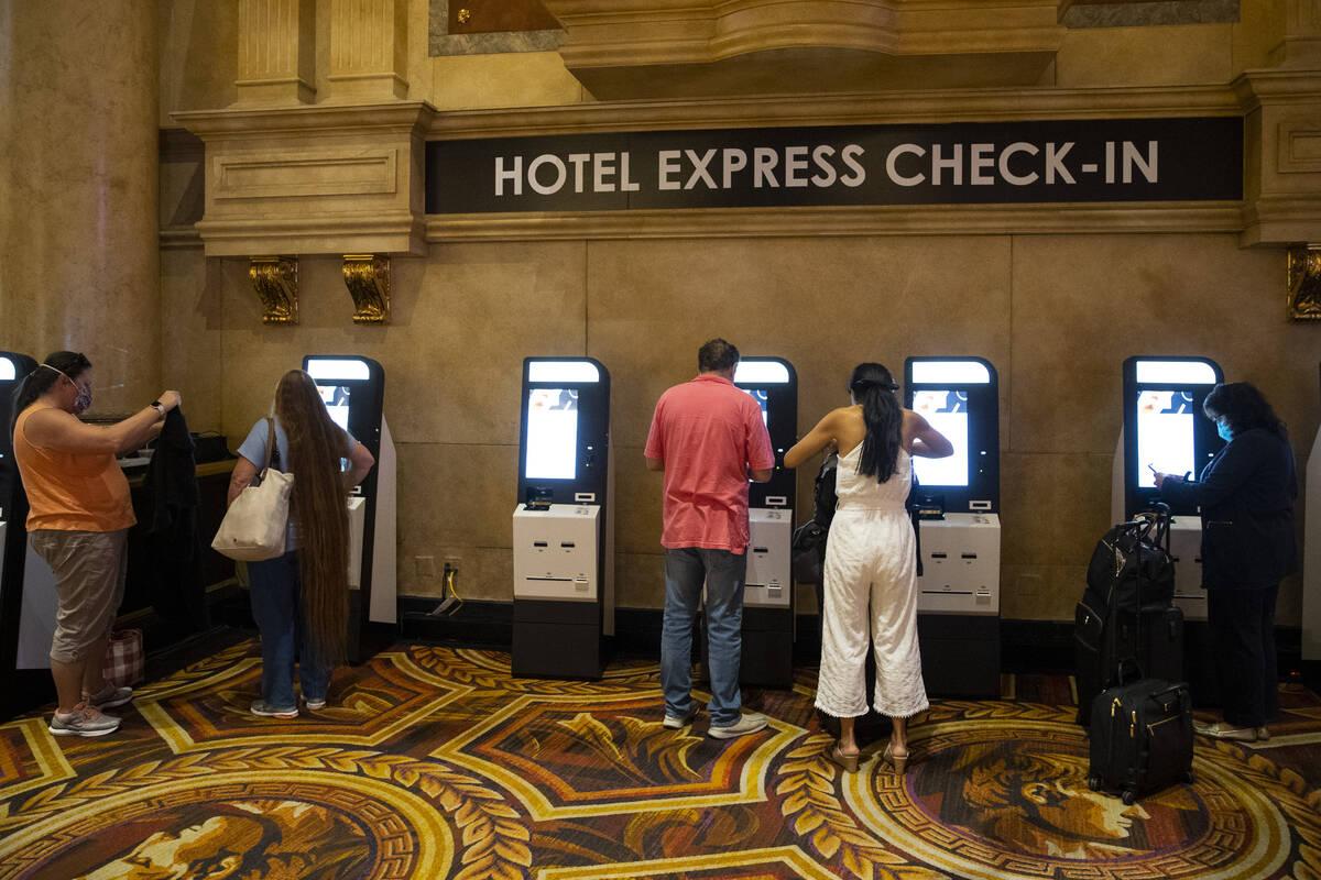 Huéspedes utilizan la nueva tecnología para registrarse en el hotel-casino Caesars Palace de ...