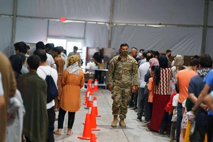 Refugiados afganos hacen fila para recibir comida en un comedor de la Villa Doña Ana de Fort B ...
