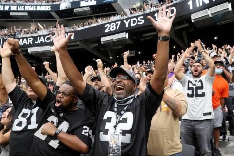 Los aficionados, entre ellos Lorenzo Smith, a la derecha, y Patrick Manning, ambos de Oakland, ...