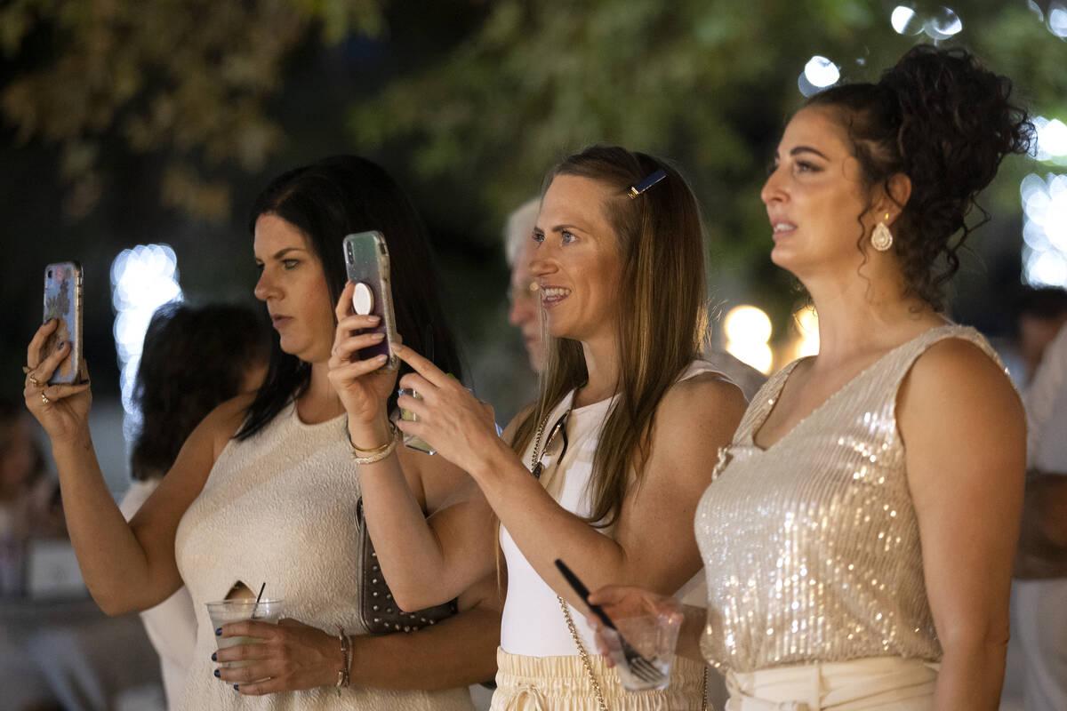Kimberly Listek, a la izquierda, Kat Klehm, al centro, y Bethany Lincoln observan a los artista ...
