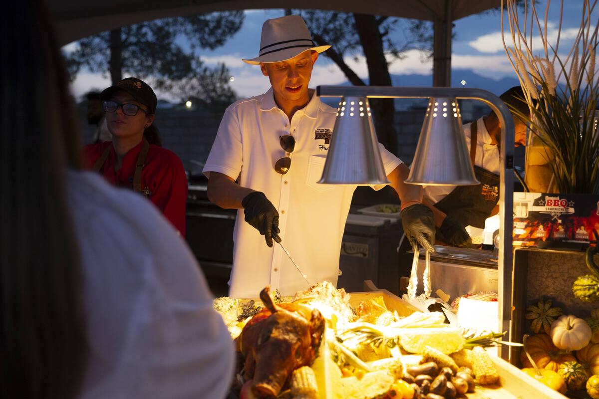 Hristo Velikov, de Project BBQ Las Vegas, prepara un sándwich de cerdo asado para un invitado ...