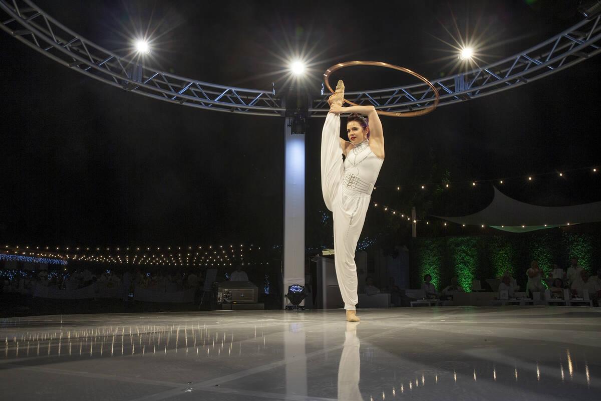 Vladimir de Cirque Mechanics realiza una acrobacia durante la gala Night en Blanc en Las Vegas ...