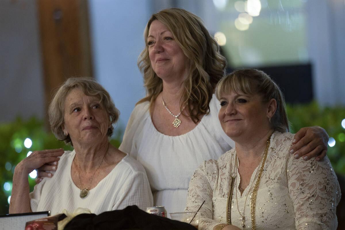 Ann Craig, a la izquierda, Lynda Tache y Allison Mack observan una actuación de lenguaje de si ...