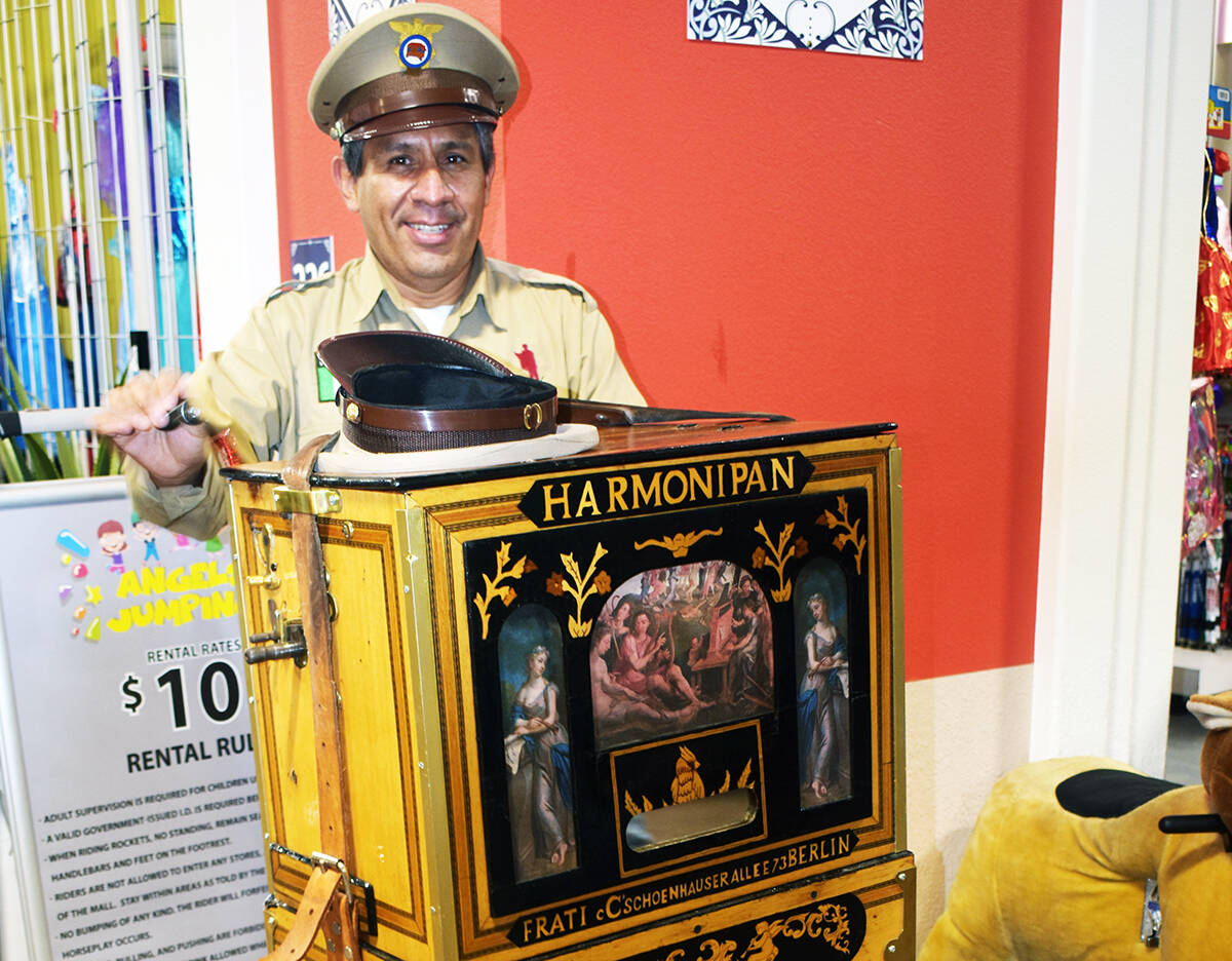 Luis Román Dichin estuvo de visita por una corta temporada para tocar durante las celebracione ...