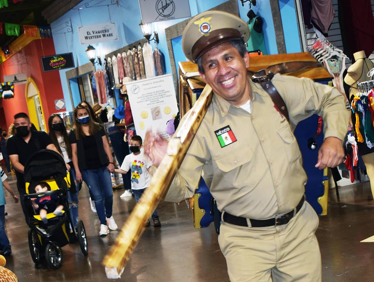 A Luis Román Dichin no le importa carga el pesado instrumento musical siempre esta con una gra ...