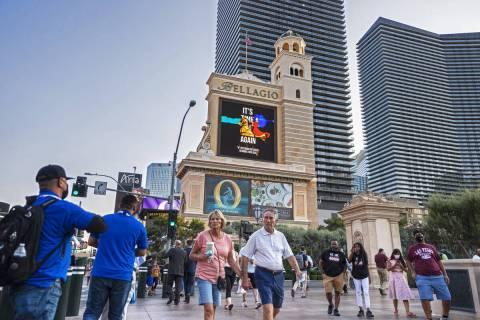 Peatones pasan por delante del Bellagio el lunes. Blackstone compró el Bellagio en 2019 a MGM ...