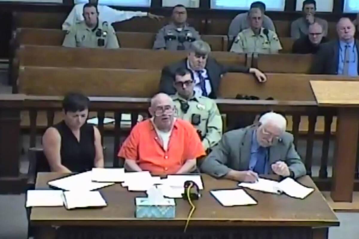 En esta captura de pantalla de una audiencia judicial transmitida en vivo, John Dabritz, en el ...