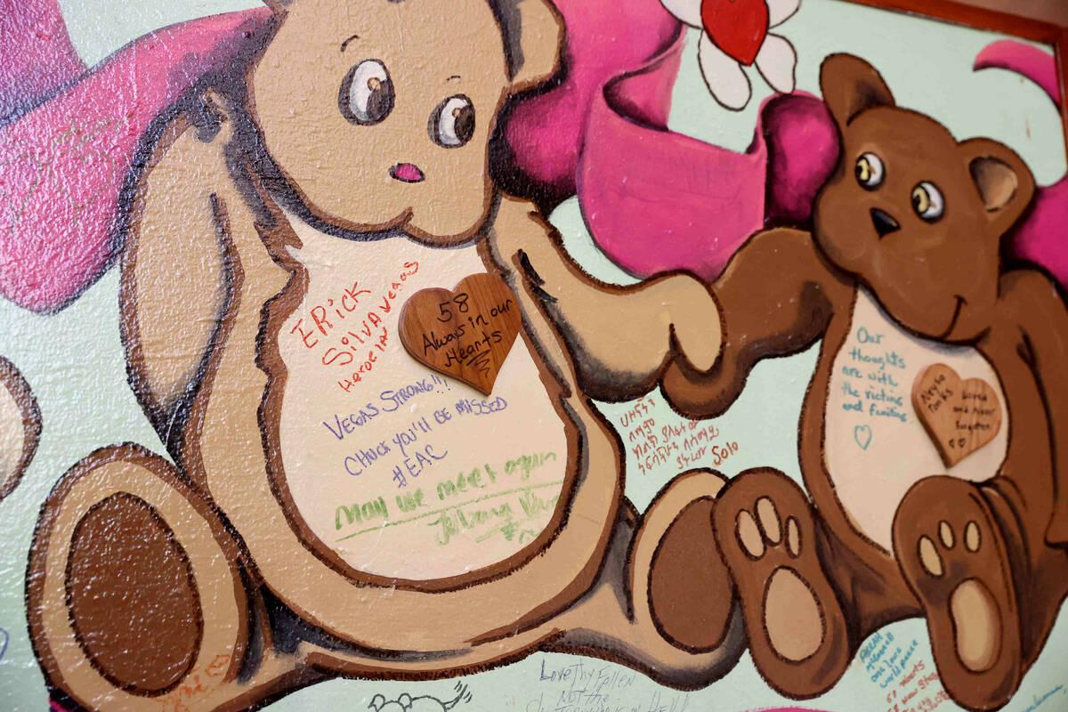 Colchas con mensajes expuestas como parte de la exposición del 1º de octubre en la Rotonda de ...