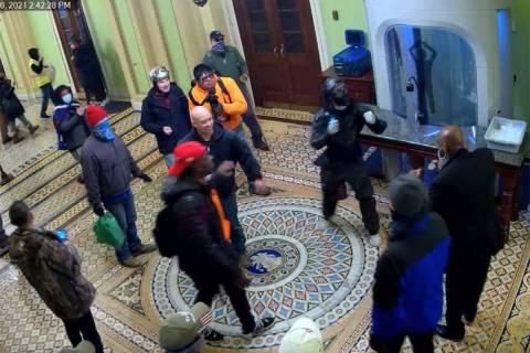 El FBI dice que una fotografía incluida en una orden de arresto presentada en Washington, D.C. ...