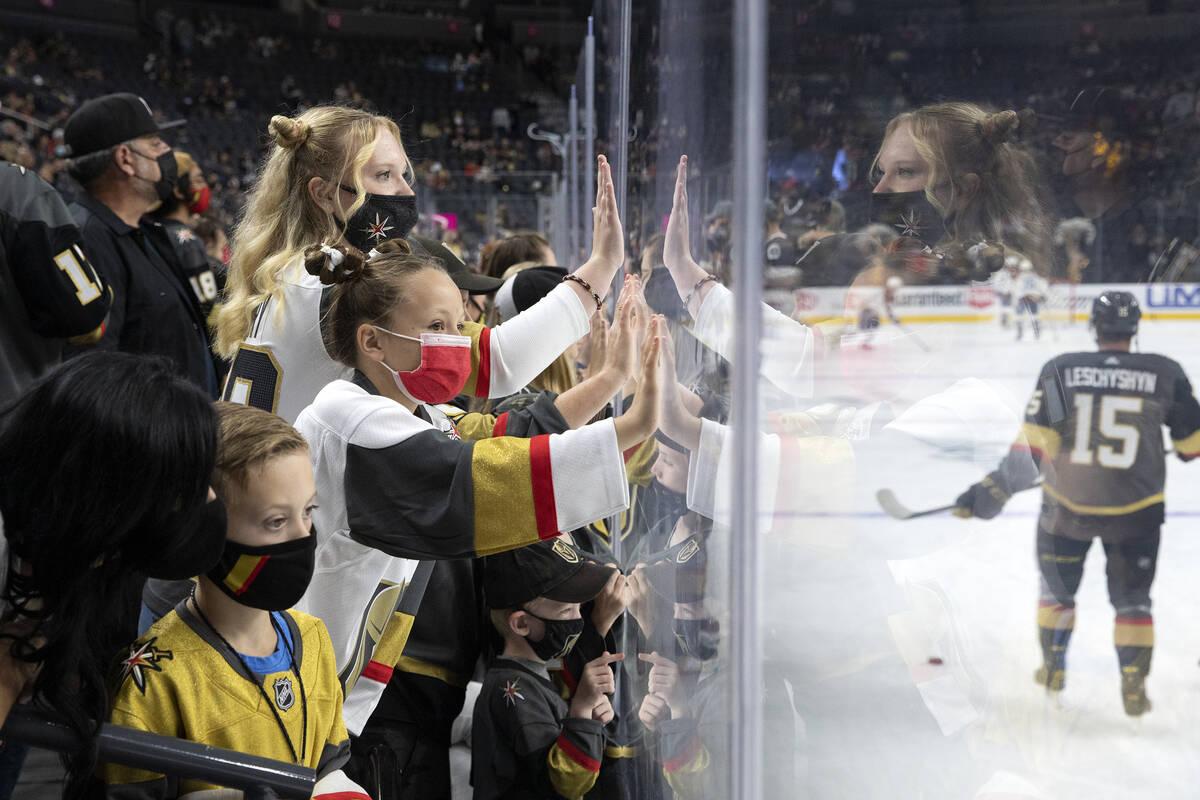 Jóvenes aficionados animan a los Golden Knights durante los calentamientos mientras el delante ...