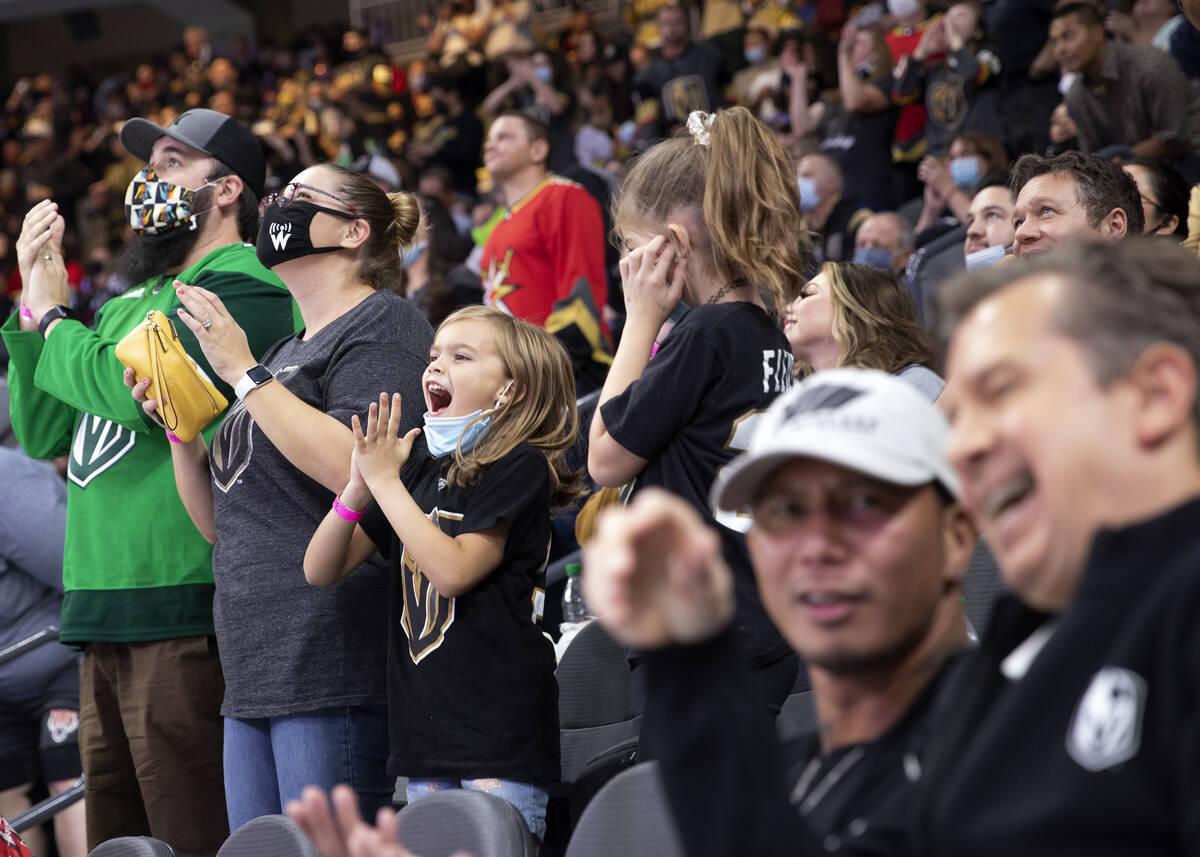 Los aficionados de los Golden Knights animan mientras el equipo se enfrenta a los Avalanche dur ...