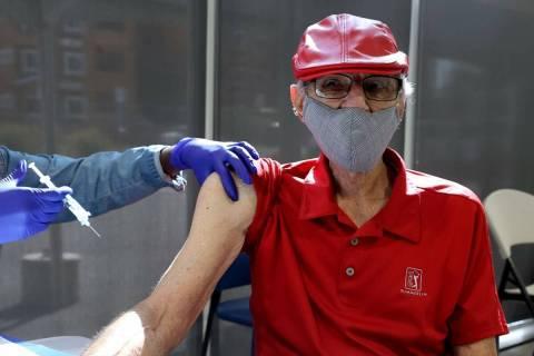 """Charles """"Buddy Charles"""" Wucinich, de 84 años, de Las Vegas, recibe una inyección de refuerzo ..."""