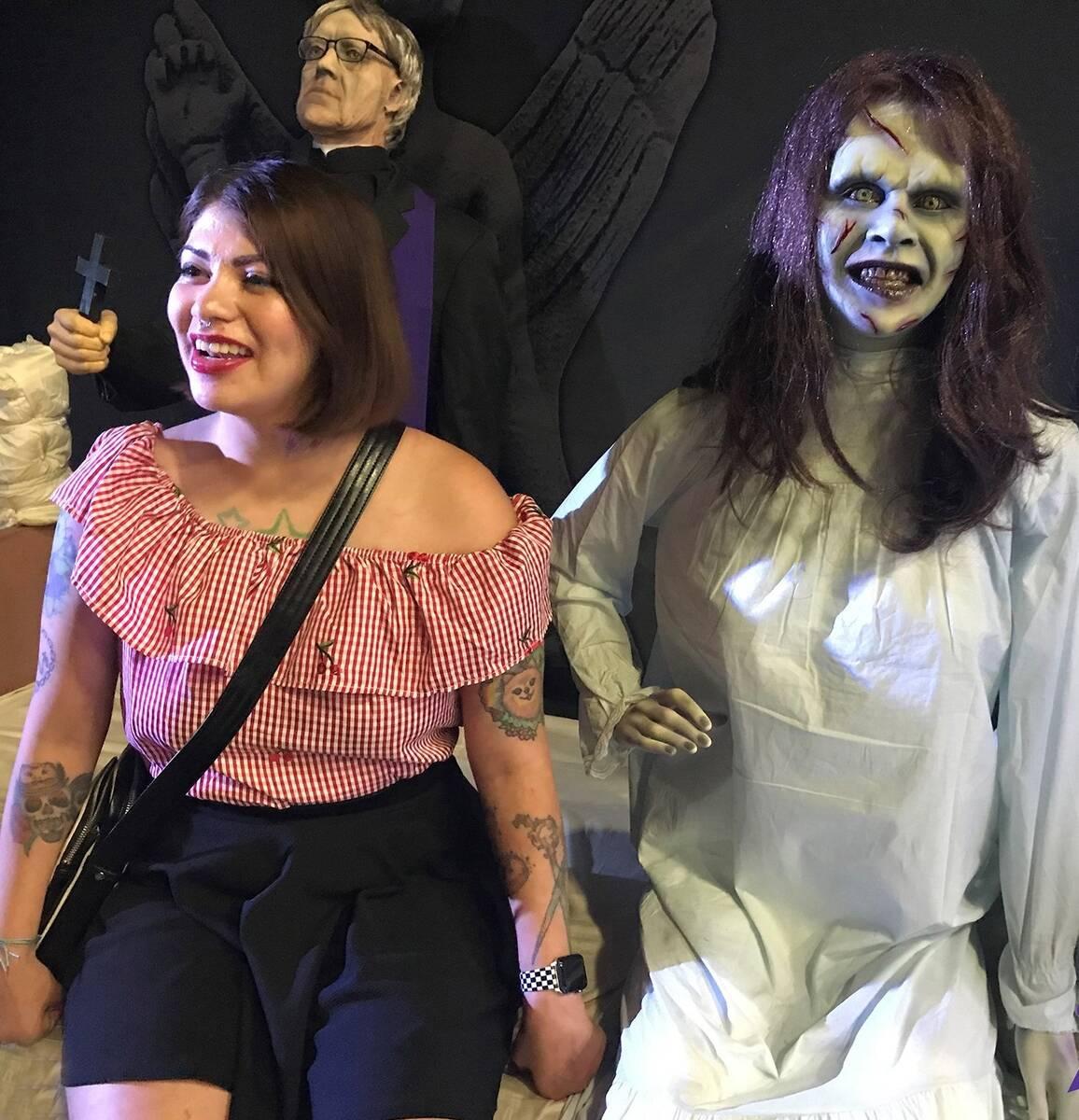"Un monstruo y una amiga del ""Museum of Monsters"". (Museum of Monsters)"