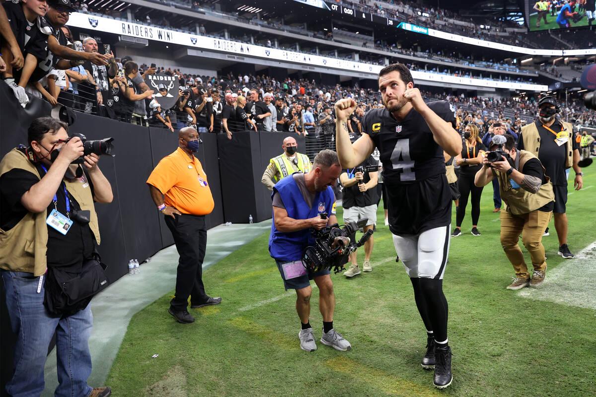 El quarterback de los Raiders de Las Vegas, Derek Carr (4), levanta los brazos mientras deja el ...