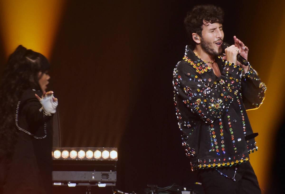 El colombiano Sebastián Yatra interpretó sus éxitos en el primer concierto de su gira junto ...