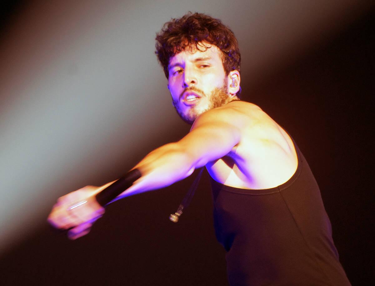 A mitad del concierto, Sebastián Yatra se quitó la chamarra para bailar más cómodo y al ter ...
