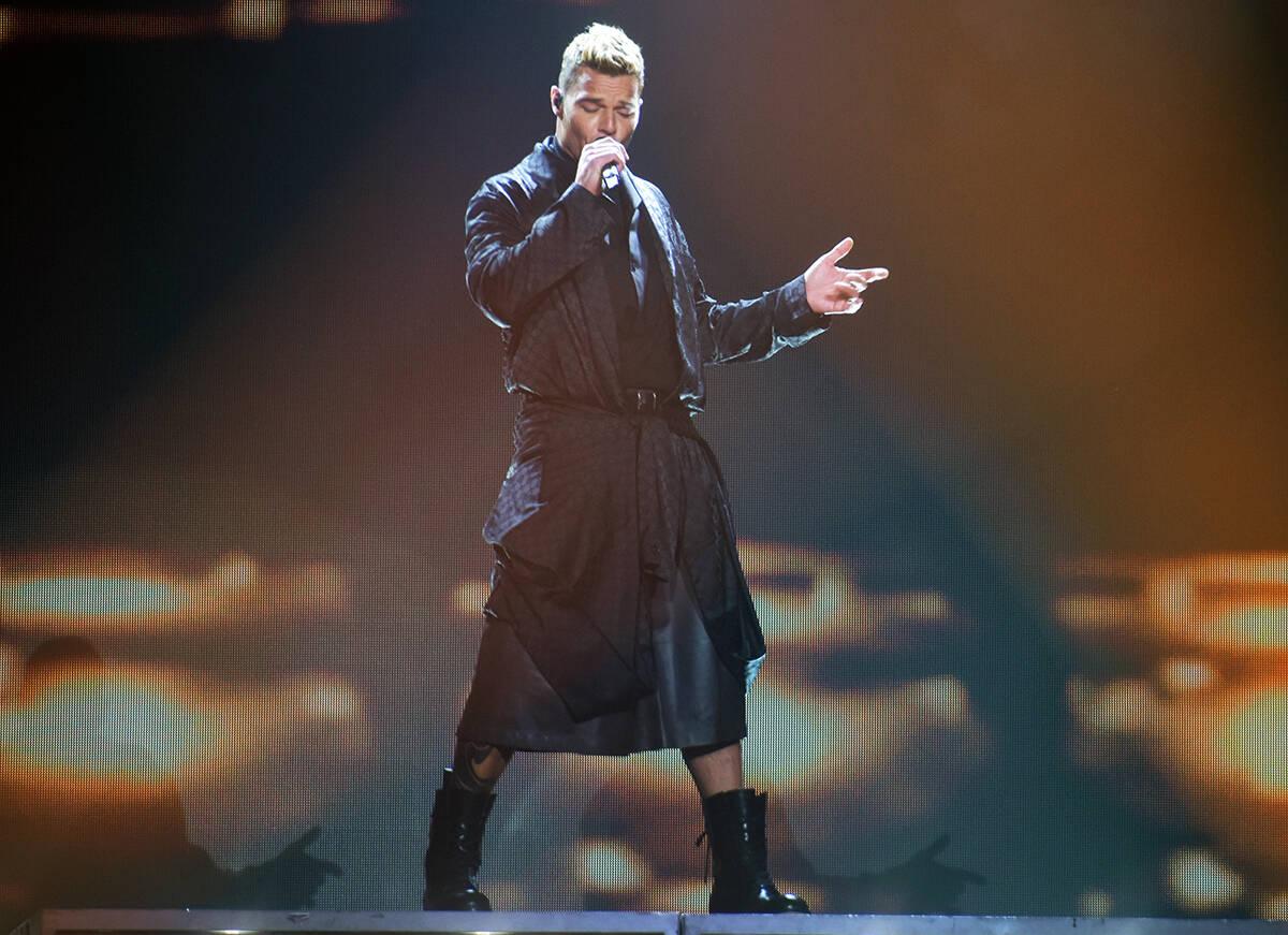 Ricky Martin lució espectacular con unos shorts de piel negros, camisa negra, una capa con la ...