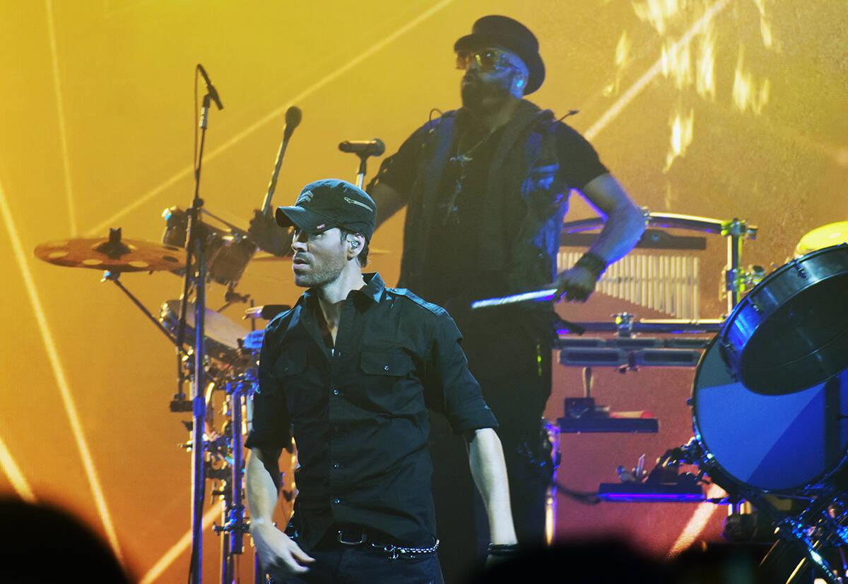 El cantante español, Enrique Iglesias, también optó por vestir de negro y con la gorra que l ...