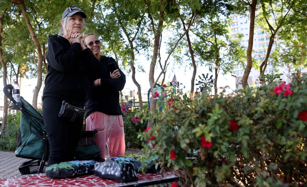 Sue Nelson, de Lake Havasu City, Arizona, a la izquierda, y Mynda Smith, de Las Vegas, hermana ...