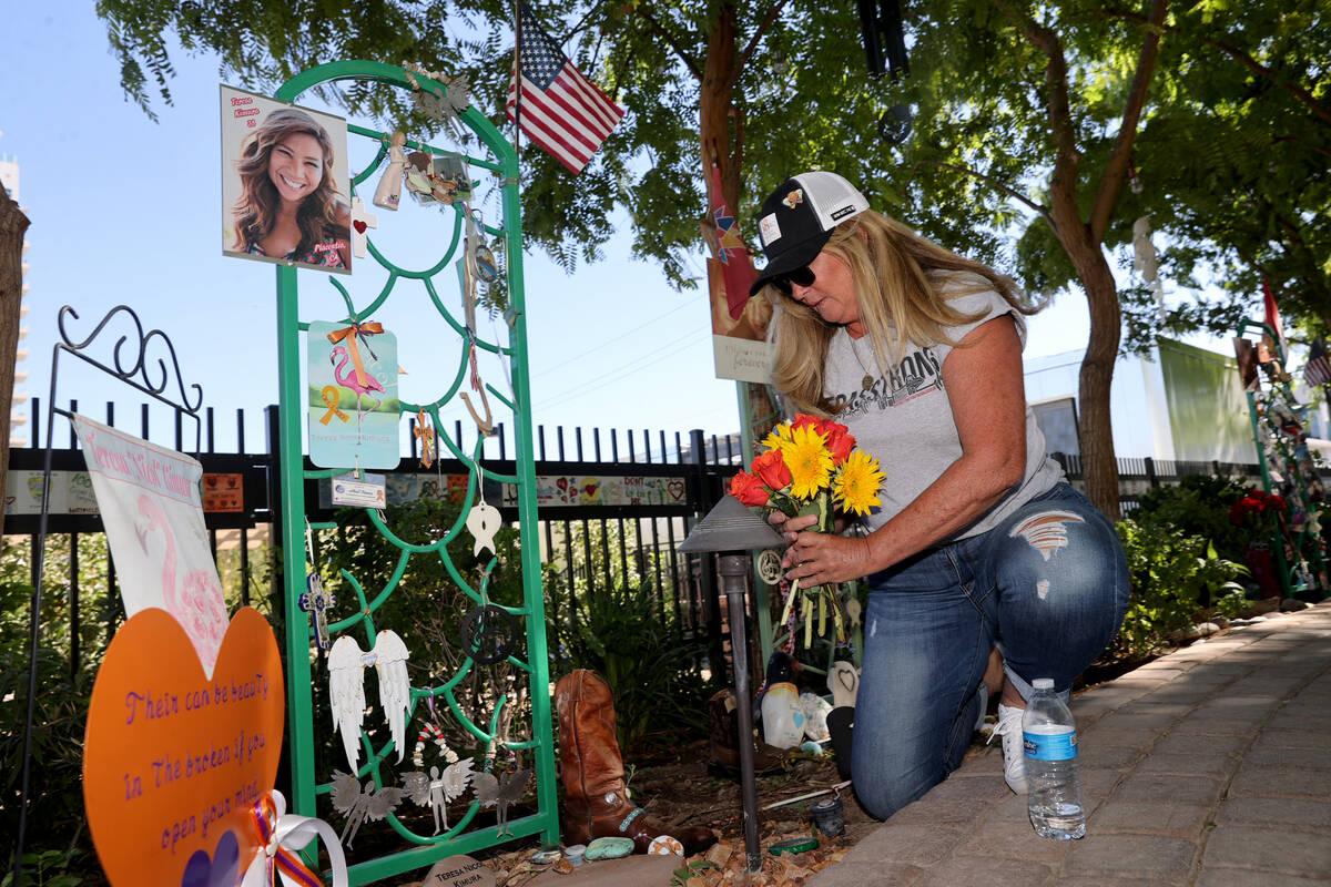 Alicia Mierke, de Henderson, coloca flores en dedicación para la víctima del tiroteo del fest ...