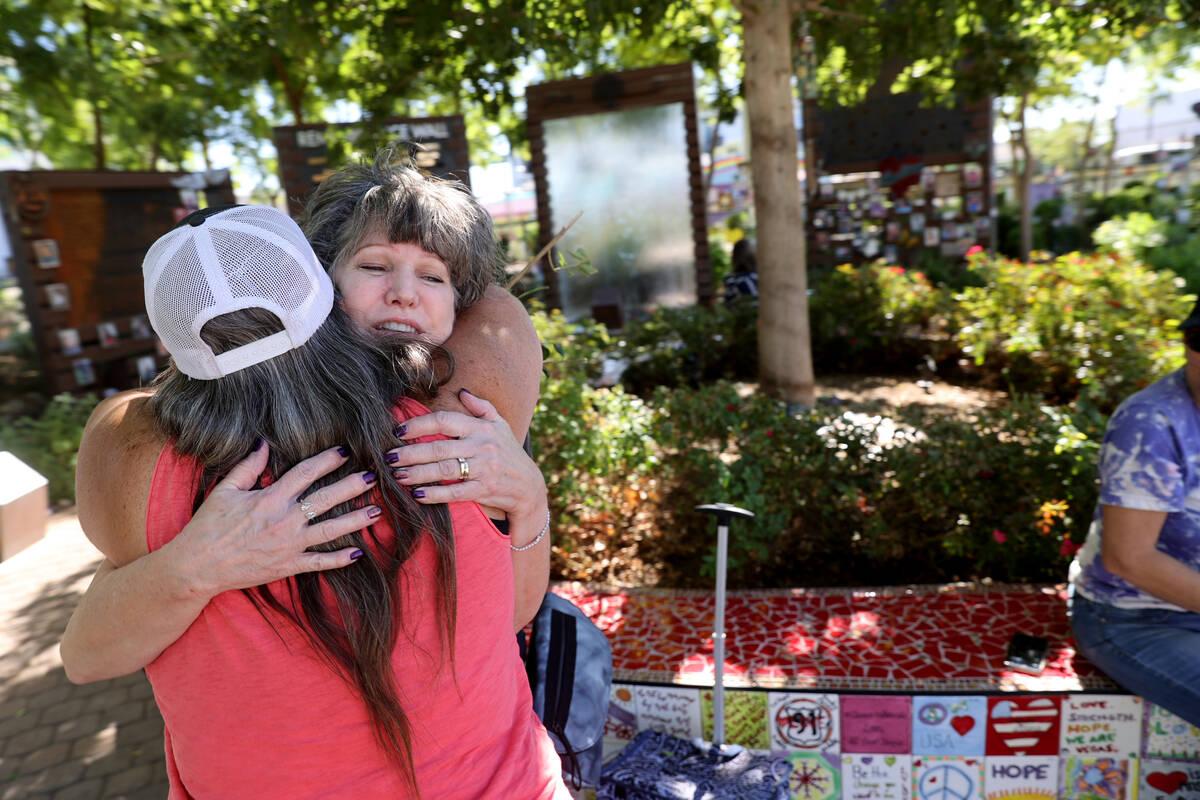 Sue Ann Cornwell, a la izquierda, abraza a Terri Keener en el Las Vegas Community Healing Garde ...
