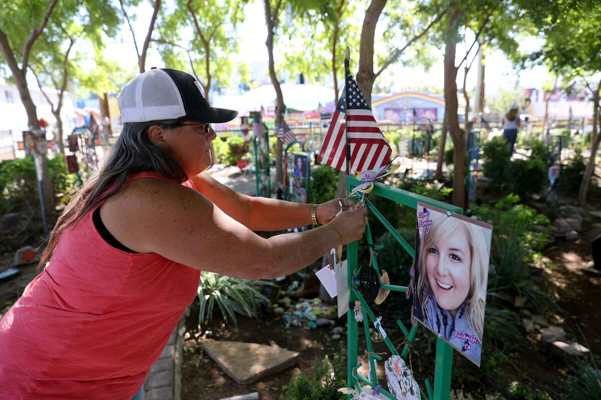 Sue Ann Cornwell cuelga un collar en dedicación para la víctima del tiroteo en el festival Ro ...