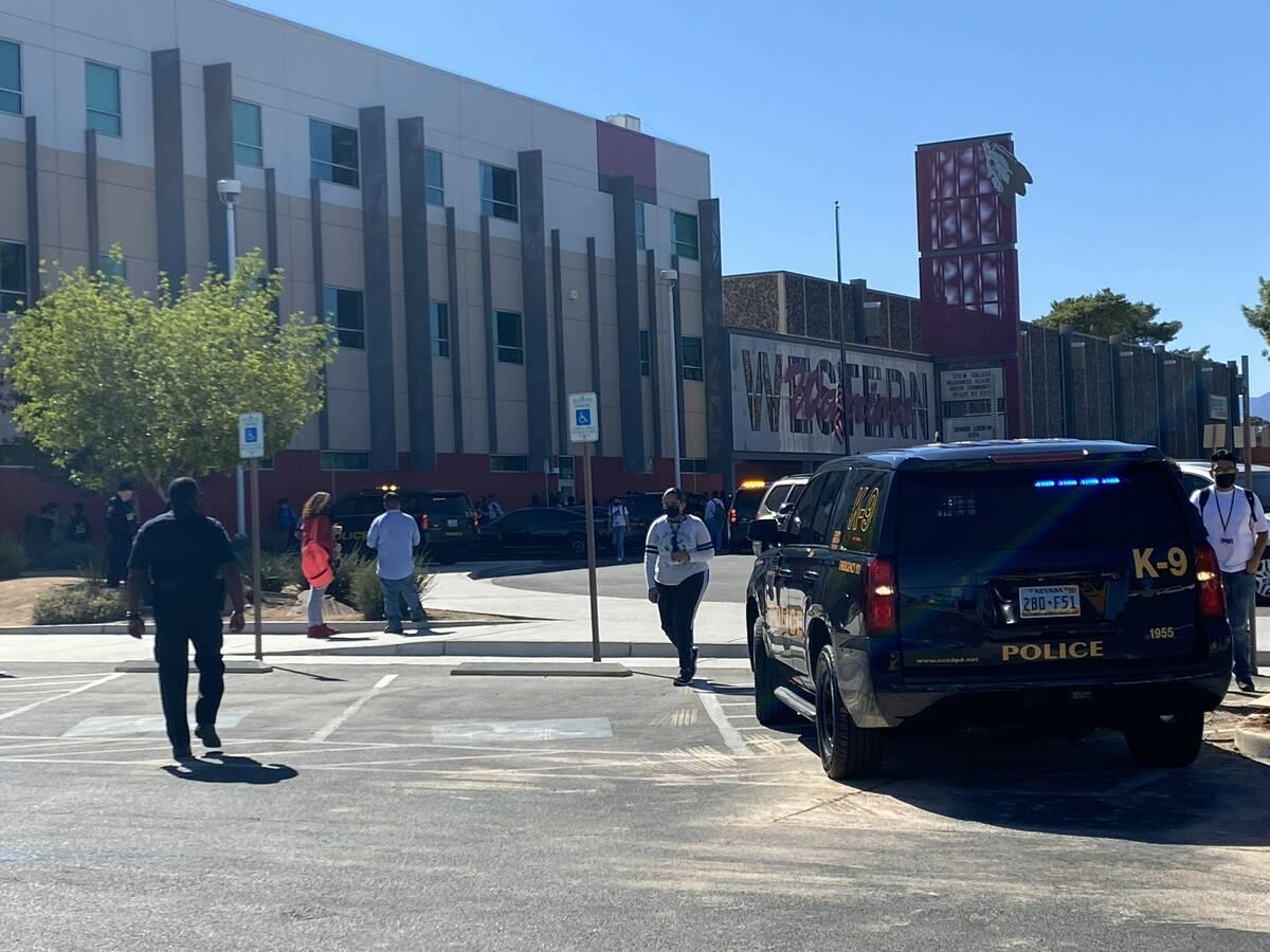 La policía de Las Vegas responde para disolver una serie de peleas en Western High School en 4 ...