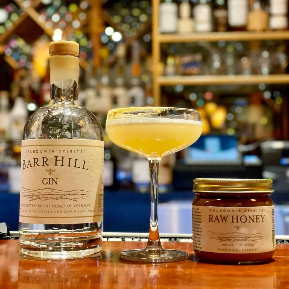 El Bee's Knees de Lotus of Siam contiene ginebra Barr Hill, miel cruda de Caladonia Spirits inf ...