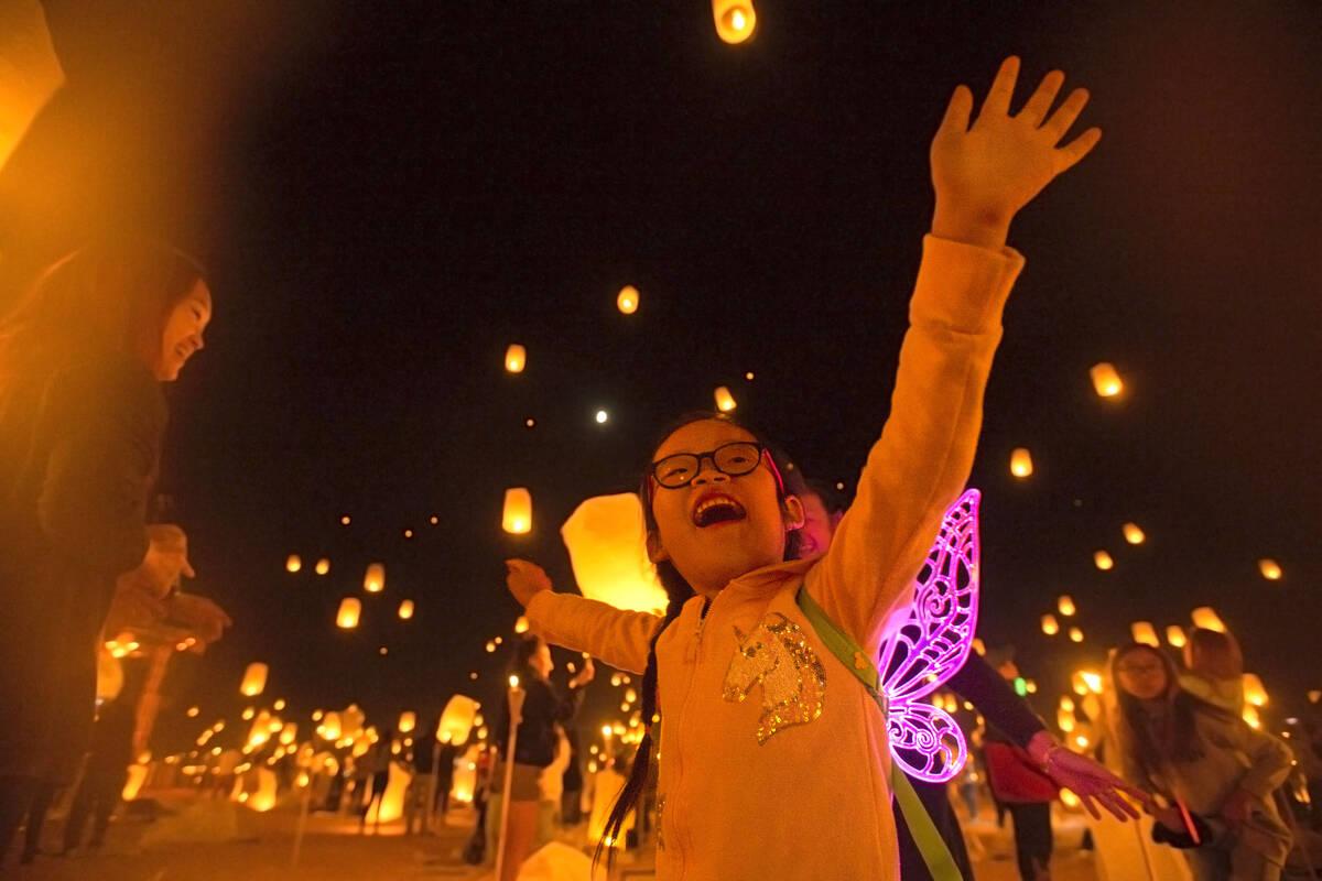 Keira Wang, de cinco años, de Rosemead, California, observa la liberación de globos durante e ...