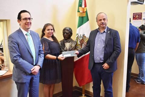 El titular del IME, Luis Gutiérrez (derecha), entrega la primera tarjeta de débito del Banco ...