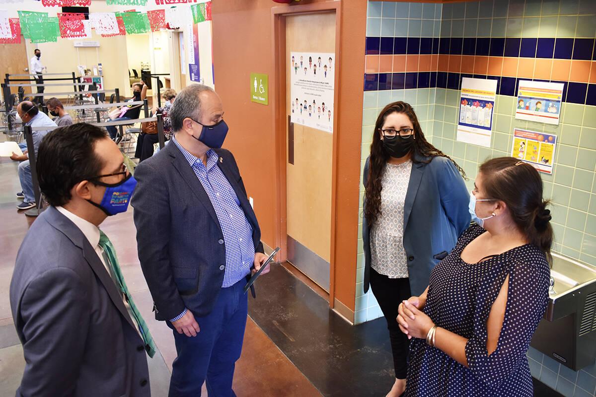 Funcionarios mexicanos dialogan con Ramona Aidé Jiménez, habitante de Las Vegas, antes de ent ...