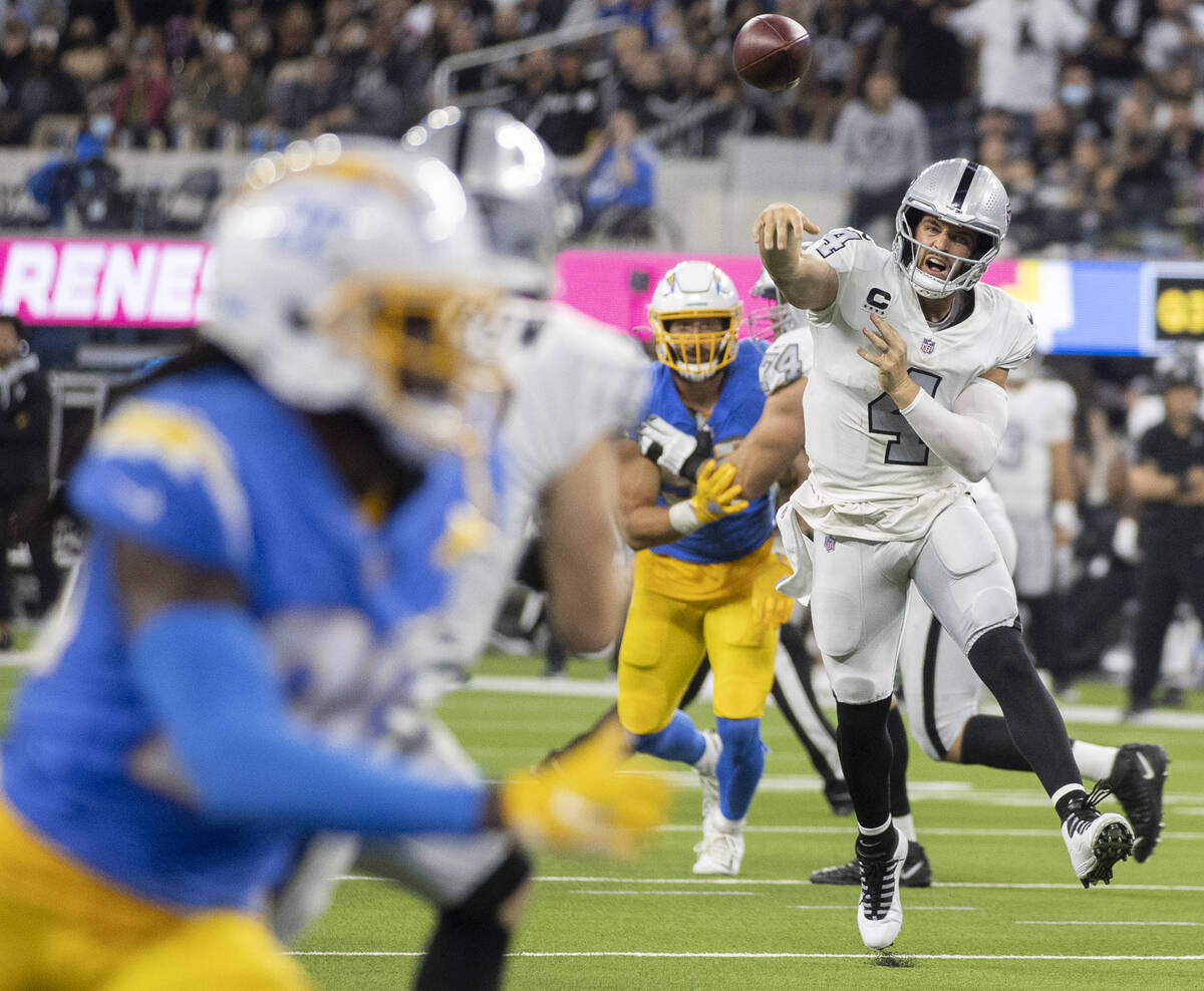 El quarterback de los Raiders Derek Carr (4) hace un pase en la segunda mitad de un partido de ...