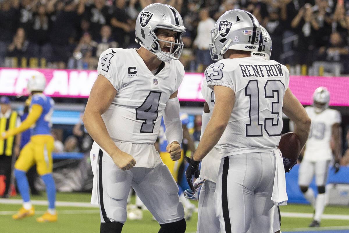 El quarterback de los Raiders Derek Carr (4) celebra un touchdown con el wide receiver de los R ...