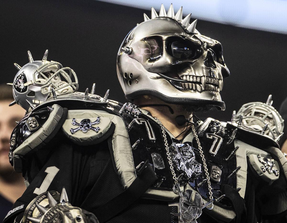 Fans de los Raiders en la segunda mitad de un partido de fútbol americano de la NFL, el lunes ...