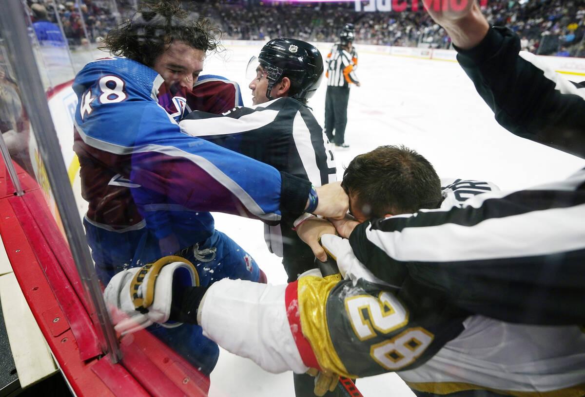 El defensa de los Colorado Avalanche, Dennis Gilbert (48), golpea al alero izquierdo de los Veg ...