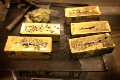 Barras de oro de 60 libras en la refinería de Barrick Gold Corp Pipeline, situada a unas 70 mi ...
