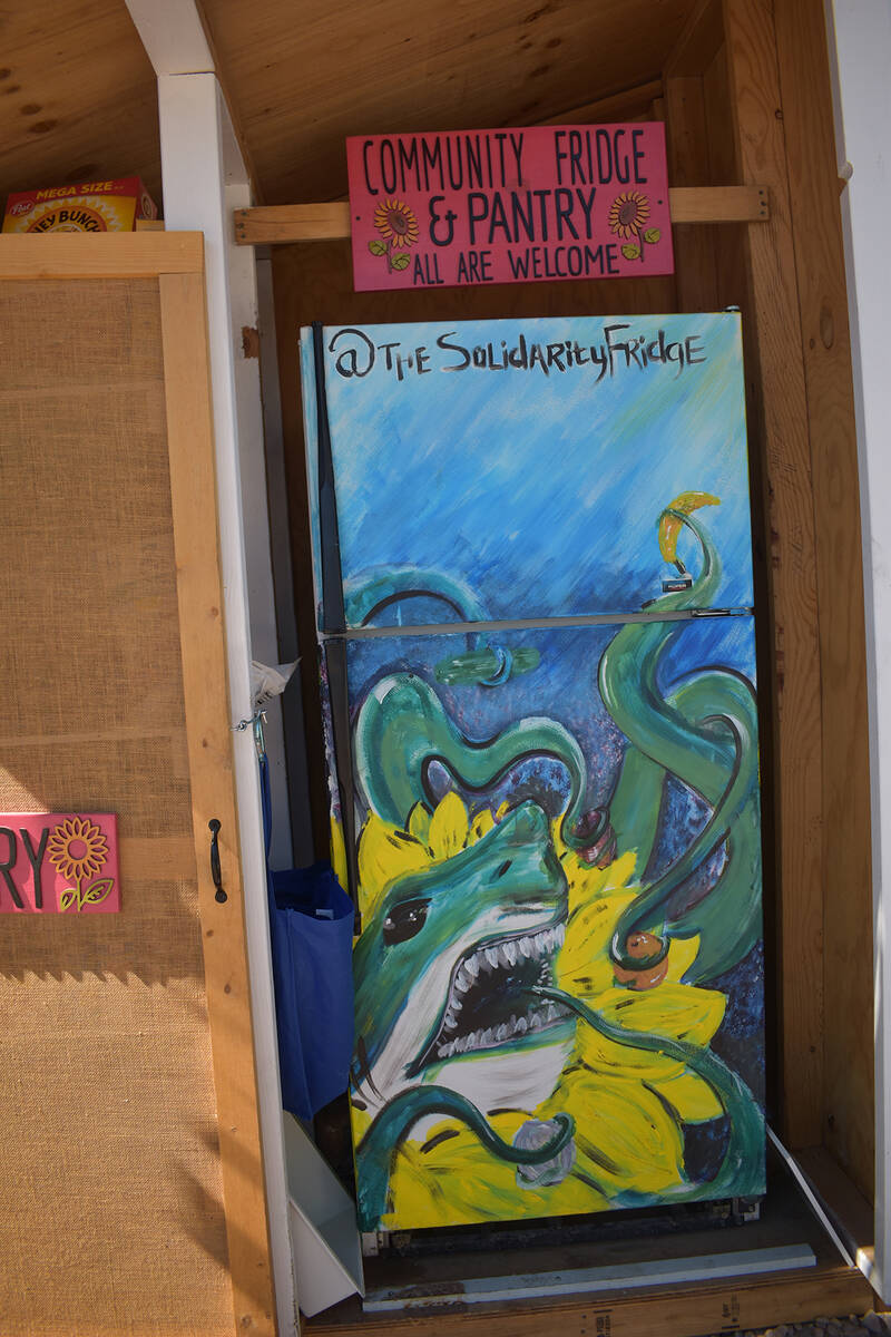 El arte del refrigerador, un Tiburón Azul, hace que sea más llamativo y de esta manera las pe ...