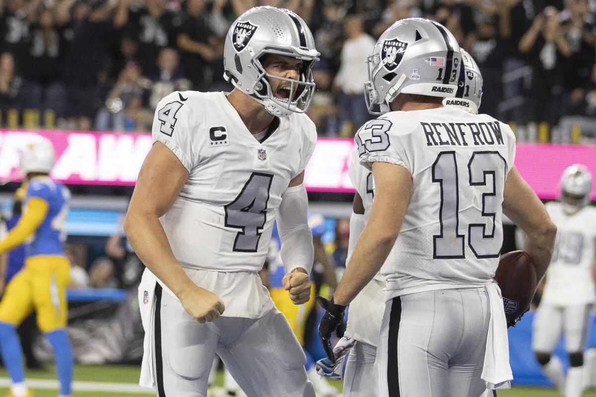 El quarterback de los Raiders, Derek Carr (4), celebra un touchdown con el wide receiver de los ...