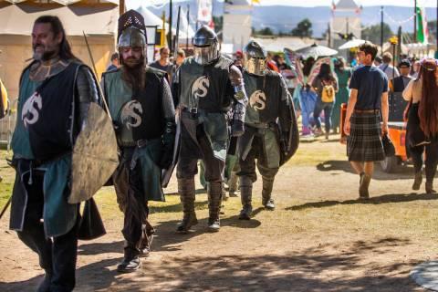 Caballeros se abren paso junto a otros sobre la zona de la Corte Real durante el Festival del R ...