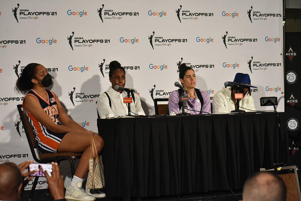 De izquierda a derecha, A'ja Wilson, Chelsea Gray, Kelsey Plum y Riquna Williams, jugadoras de ...