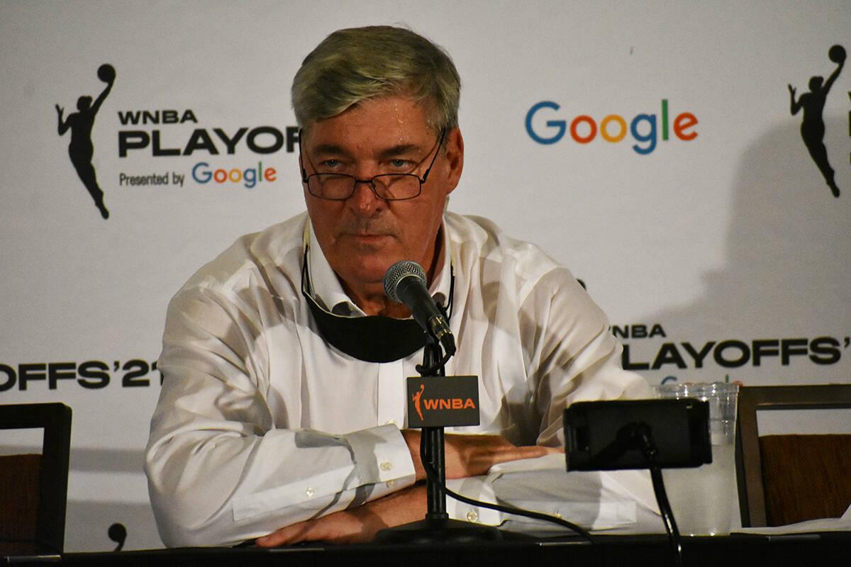El entrenador de Las Vegas Aces, Bill Laimbeer, habla con los medios de comunicación luego de ...