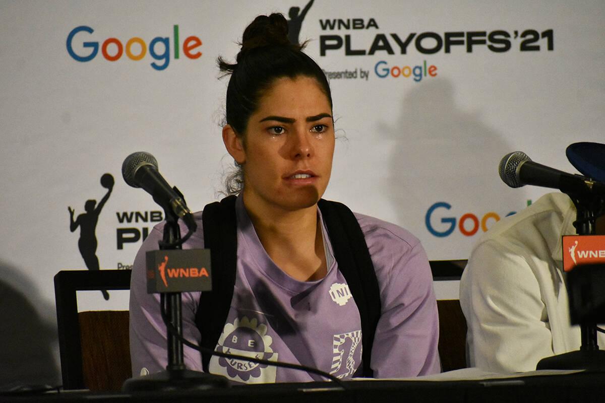La jugadora de Las Vegas Aces, Kelsey Plum, habla con tristeza sobre la eliminación de su equi ...