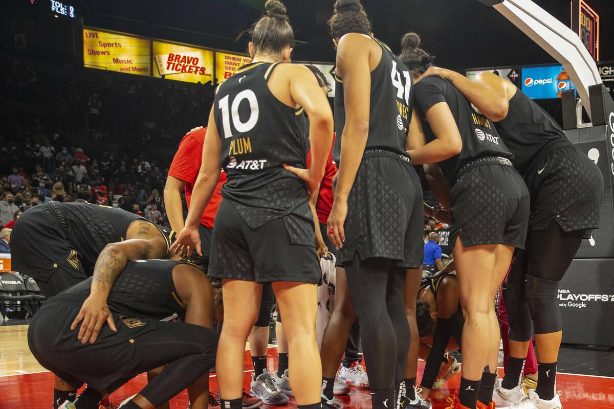 Las jugadoras de Las Vegas Aces comparten un momento emotivo en el Michelob Ultra Arena despué ...