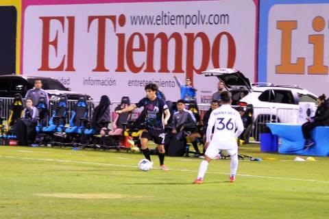 Bruce El Mesmari (7), de Las Vegas Lights FC, y Jorge Hernández (36), de LA Galaxy II, fueron ...