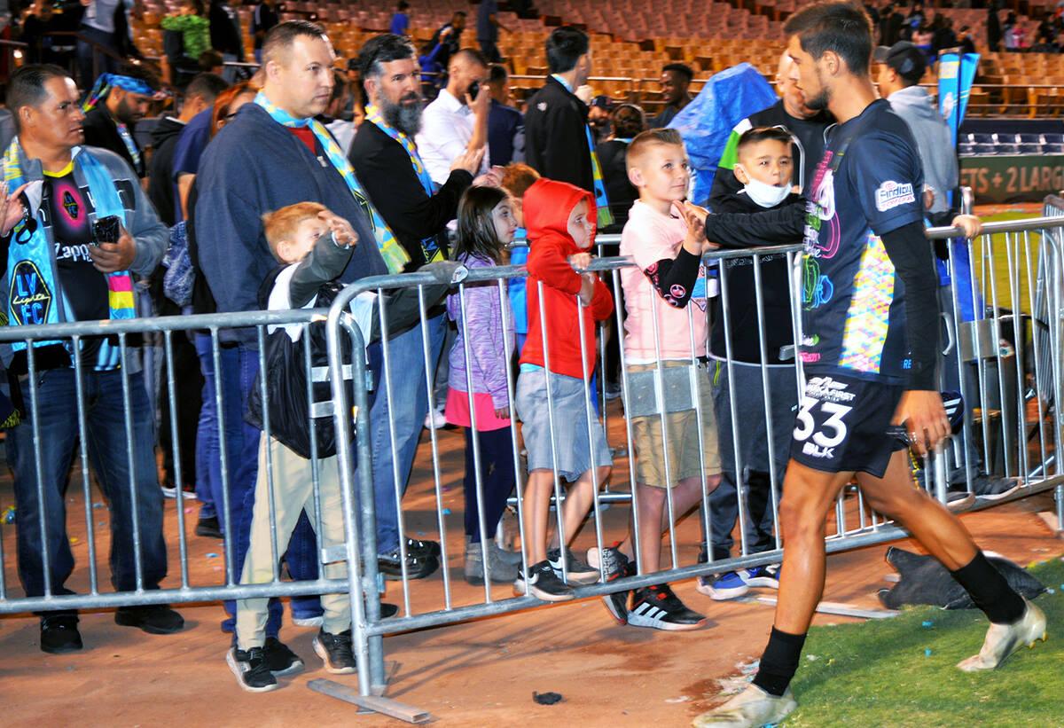 Julián Vásquez (33), de Las Vegas Lights FC, saluda a pequeños aficionados al finalizar el e ...