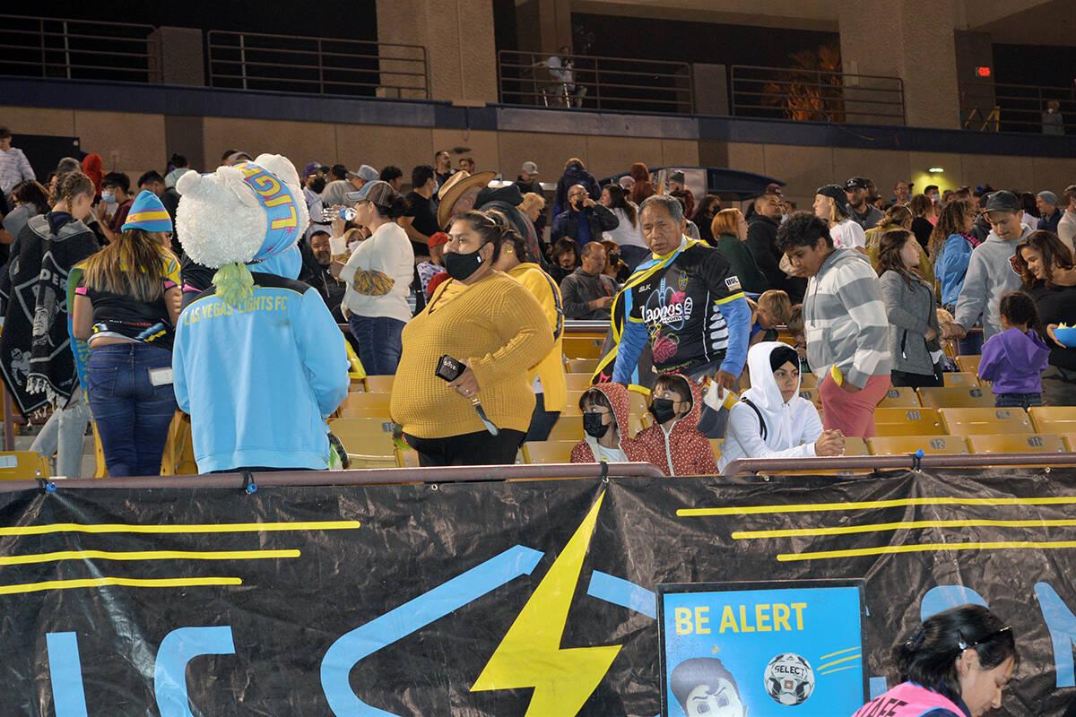 Los aficionados no pudieron ocultar su tristeza al abandonar el estadio. Las Vegas Lights FC, d ...