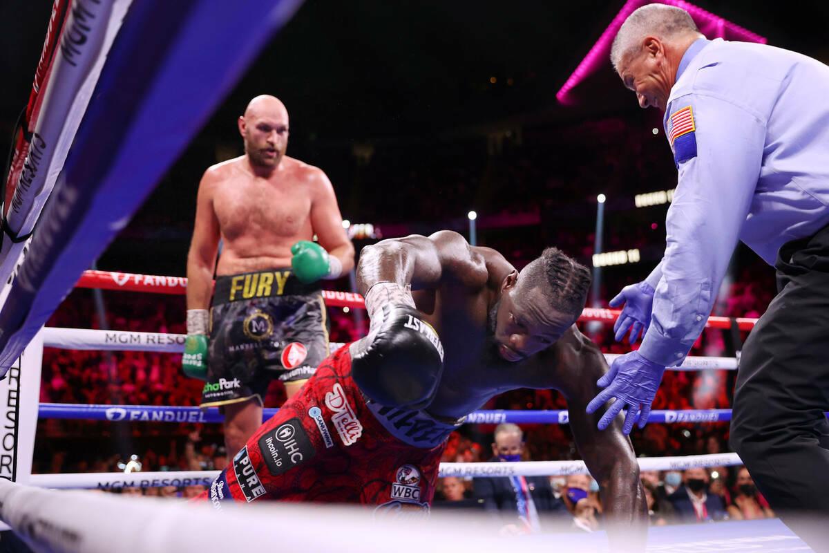 Deontay Wilder es noqueado por Tyson Fury en el undécimo asalto de una pelea por el Campeonato ...