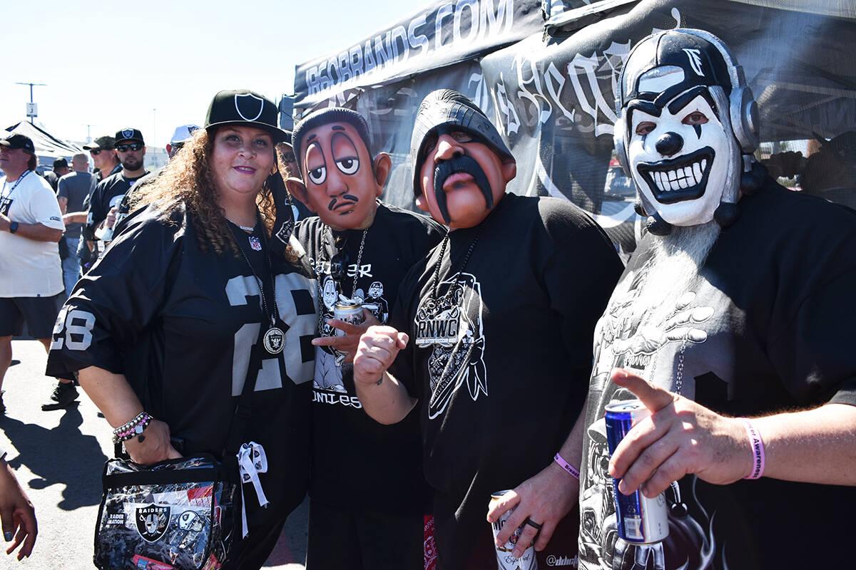 Los aficionados de los Raiders disfrutan de una convivencia previo al juego de la Semana 5 entr ...