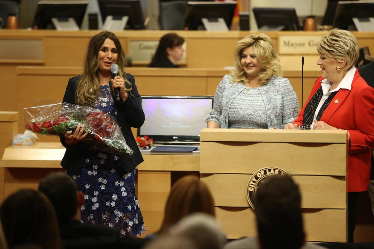 La nueva concejal Victoria Seaman, a la izquierda, da un discurso después de jurar su cargo, c ...
